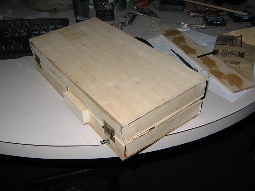 Самодельный деревянный ноутбук в сложеном состоянии
