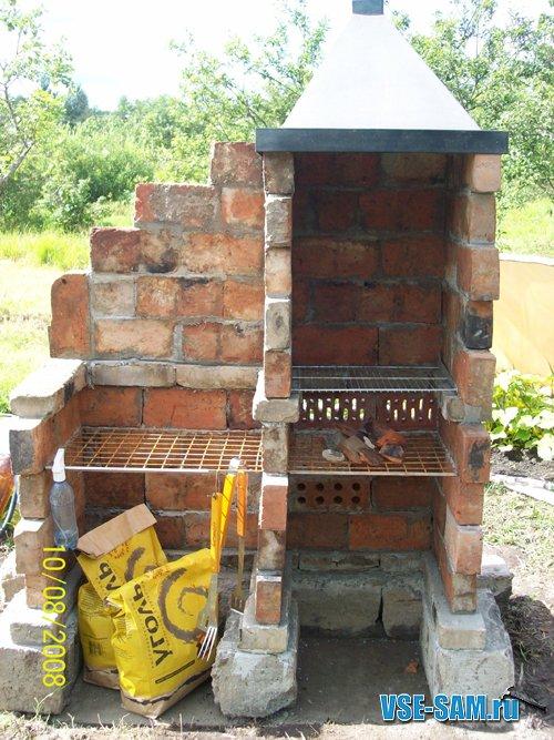 Из старых печных кирпичей, блоков разрушенного домика и металлической вытяжки (найдена на дачной свалке в исправном...