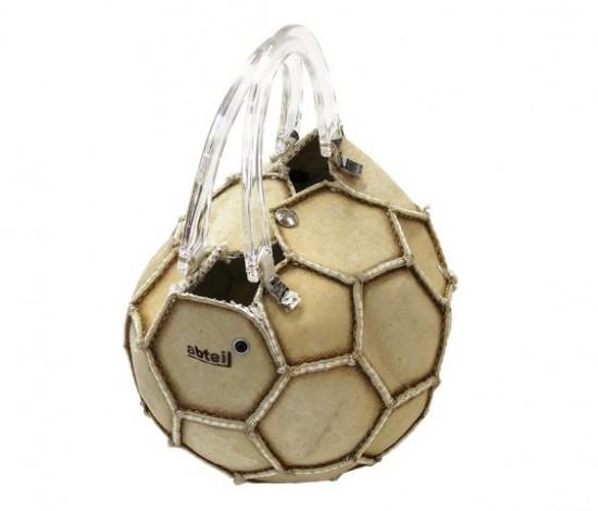 Сумка изготовлена из старого футбольного мяча.