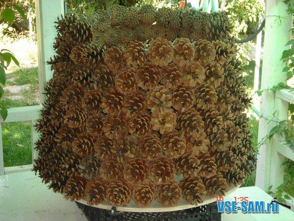 После того, как поделка елка из шишек будет готова, ее можно покрасить в зеленый. серебристый или золотой цвет...
