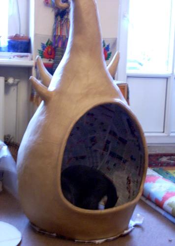 Пока Яна красила объект, я сшила для кота матрасик в домик, и он ТАК полюбил сразу матрасик, что мы стали опасаться...
