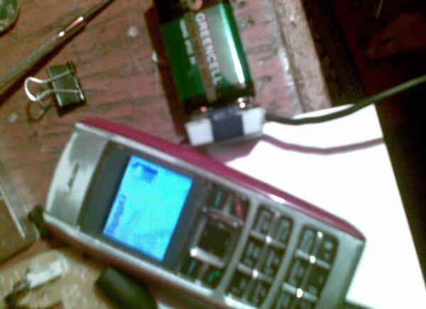 Походное зарядное устройство для телефона из батарейки.